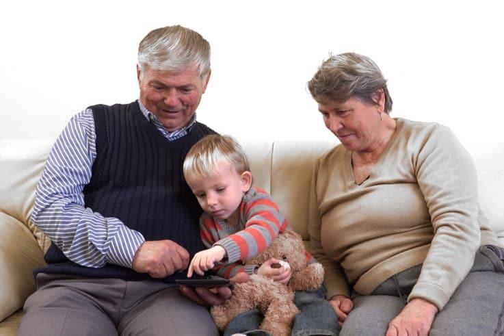Großeltern und Enkel mit Tablet