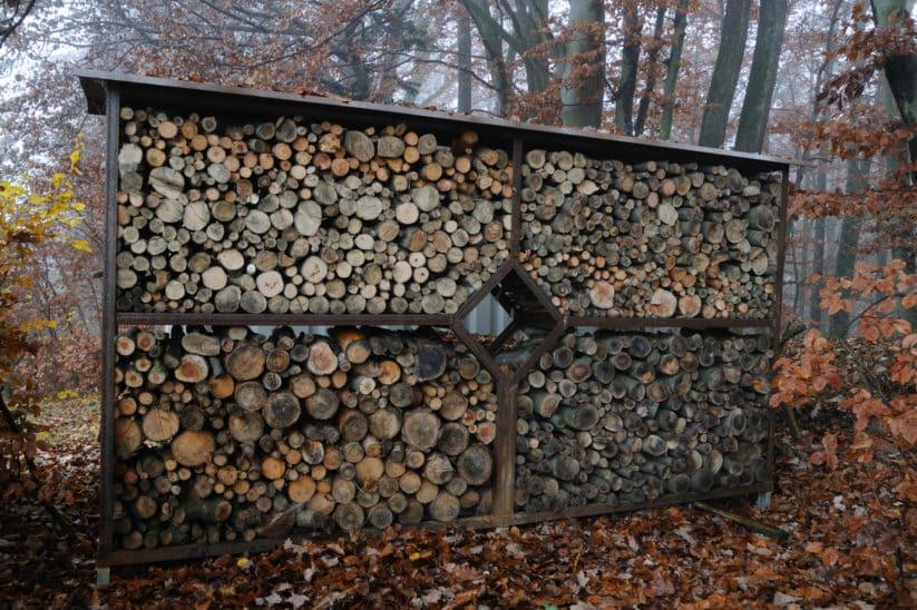 Holzstoß als Sichtschutz