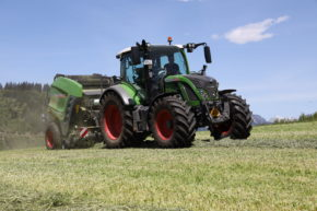 Fendt Traktor mit Rundballenpresse